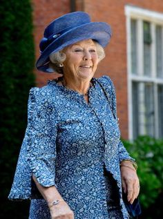 Princess Beatrix attended a reunion of the Society of Engelandvaarders today in Hilversum. The Engelandvaarders were a group of young men and women who crossed to England by boat during the second … Dutch Princess, Princess Beatrice, Queen Margrethe Ii, Queen Maxima, Royal Queen, King Queen, Dutch Royalty, Special Dresses, Girl With Hat