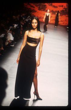runway fashion What New York Fashion Week Looked Like in 1999 Photos New York Fashion, 2000s Fashion, Look Fashion, Fashion Show, 1999 Fashion, High Fashion Style, Black 90s Fashion, High Fashion Models, High Fashion Outfits