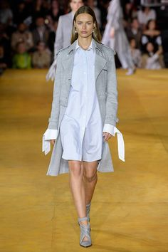 Burberry Spring 2020 Ready-to-Wear Fashion Show Collection: See the complete Burberry Spring 2020 Ready-to-Wear collection. Look 20 Formal Casual, Fashion Week, Womens Fashion, Mode Simple, Burberry Prorsum, Spring Trends, Fashion Show Collection, Classy And Fabulous, Mannequins