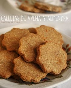 Galletas de avena y almendra Oat & Almond cookies. Tip: use extra virgein olive oil (or mix) and a pinch of nutmeg on these Más Mexican Food Recipes, Sweet Recipes, Cookie Recipes, Bolacha Cookies, Pan Dulce, Biscuits, Almond Cookies, Honey Cookies, Gluten Free Cookies
