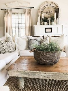 33 ideas shabby chic farmhouse living room baskets for 2019 My Living Room, Living Room Furniture, Furniture Plans, Antique Furniture, Cedar Furniture, Cottage Furniture, Furniture Cleaning, Furniture Shopping, Outdoor Furniture