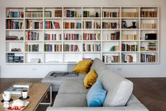 Dzisiaj inspiracja dla wszystkich miłośników książek!  :) Półki wkomponowane w ścianę to świetne rozwiązanie, które pozwala zaoszczędzić sporo miejsca w pomieszczeniu.   Foto: http://www.homebook.pl/inspiracje/salon/384208_-salon-styl-skandynawski