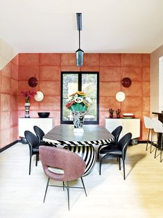 How To Elevate Your Dining Room Decor With Contemporary Lighting - Dining room decor and stylish lighting pieces. Discover trendiest chandeliers, wall and floor lamps and projects with us! Dining Room Inspiration, Interior Design Inspiration, Design Ideas, Dining Room Sets, Dining Room Design, Kelly Wearstler, Magazine Deco, Best Decor, Décor Boho