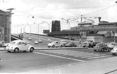 1972 - Fuscas em todos os sentidos nesta foto do viaduto Pompéia, esquina com a avenida Francisco Matarazzo. Foto de Reginaldo Manente. Acervo: Estadão.