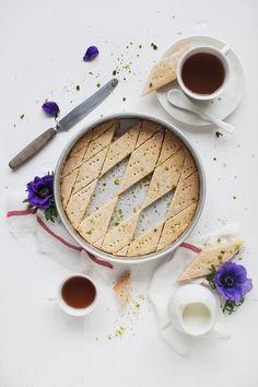 shortbread with pistachio & orange (Orangen-Pistazien-Shortbread) recipe only in german language. No Bake Cookies, Cookies Et Biscuits, Shortbread, Just Desserts, Dessert Recipes, Eat Dessert First, Breakfast Dessert, Food Styling, Food Inspiration
