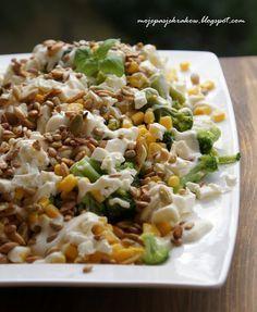 moje pasje: Brokuły z kukurydzą, fetą, sosem czosnkowym i prażonymi ziarnami