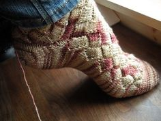The ultimate sock experiment. Toe up entrelac sock with afterthought heel.I'm going to use my Noro Kuryeon sock yarn. Its a free Ravelry pattern. I think I need to find an entrelac project to do first so I understand the pattern. Knitting Socks, Hand Knitting, Knit Socks, Knitting Videos, Toe Up Socks, Knitting Patterns, Crochet Patterns, Rainbow Socks, Shoes