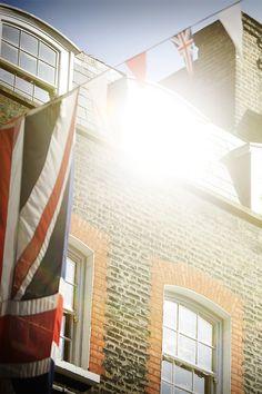 Bright sunshine in Mayfair, #London 29°C | 84°F #BurberryWeather