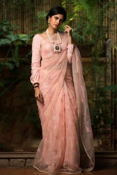 Buy Designer Blouses online, Custom Design Blouses, Ready Made Blouses, Saree Blouse patterns at our online shop House of Blouse from India. Indian Designer Outfits, Indian Outfits, Ethnic Fashion, Indian Fashion, New Dress Design Indian, Saree Blouse Designs, Blouse Patterns, Sari Design, Modern Saree