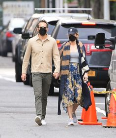 Blake Lively Ryan Reynolds, Grey Tee, Grey Pants, Serena Van, One Year Old, Black Mask, Yellow Print, Mixing Prints, Celebrity Couples