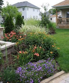 Traditional Home Front Yard Landscaping Design Ideas, Pictures, Remodel, and Decor - page 15