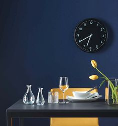 We love the deep navy blue walls with the highly contrasting mustardy yellow chairs and black table Ikea Dining Room, Dining Room Furniture, Furniture Making, Modern Furniture, Wall Clock Ikea, Ikea Catalogue 2016, Ikea Portugal, Ikea 2015, Navy Blue Walls