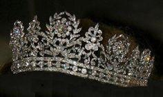 """Tiara de diamantes conocida, de forma erronea, con el nombre de """"Tiara de Desirée"""". Es una diadema de estilo neoclásico que representa guirnaldas florales y guirnaldas de laurel.  image  El nombre hace referencia a Desirée Clary, que fue Reina de Suecia por su matrimonio con el Rey Carlos XIV (Juan Bautista Bernadotte), llegando a afirmarse que la tiara fue un regalo de bodas de sus padres, cuando en realidad su padre, François Clary, ya había fallecido cuando ella contrajo matrimonio.ge"""