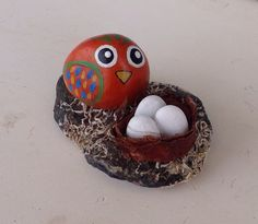 Pajaro con nido. Piedras pintadas a mano. Sonia Cifuentes. Si te gusta y quieres uno ponte en contacto conmigo.