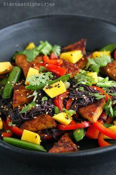 Plantaardigheidjes: Zwarte rijstnoodles met sugarsnaps en tempeh