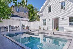 Drömhuset ligger i Mälarhöjden Backyard Patio, Outdoor Pool, Outdoor Decor, Hampton Pool, Swimming Pool Decks, Little Pool, New England Homes, England Houses, Building A Pool
