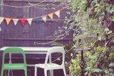 Our garden - I love the bright bunting (etsy) and (ikea) chairs. Makes up for the lack of sun. Ikea Chairs, Garden Inspiration, Bunting, The Outsiders, Goodies, Gardens, Patio, Urban, Bright