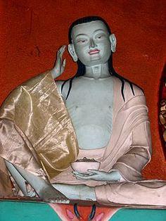 Une statue de Milarépa au Népal « Vêtu de coton blanc, il chante, la main placée derrière l'oreille à la façon des bardes de l'école Kagyüdpa »Jetsün Milarépa (tibétain : རྗེ་བཙུན་མི་ལ་རས་པ ; Wylie : Rje-btsun Mi-la-ras-pa), dit Milarépa (né Mila Thöpaga3, 1040-11234) est un magicien, yogi et poète tibétain, devenu un maître de renom du bouddhisme tibétain. C'est, avec Padmasambhava, un des deux grands saints typiques du Tibet.