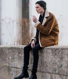 How to wear: tobacco shearling jacket, black skinny jeans, black leather chelsea boots, black beanie 80s Fashion, Look Fashion, Winter Fashion, Male Fashion, Grunge Look, Grunge Style, Streetwear, Moda Indie, Estilo Gangster