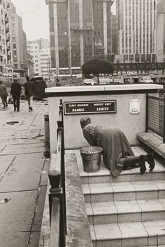 Black lady cleaning segregated white public toilets in Jo'burg South African Art, Native American Wisdom, Gordon Parks, Black History Facts, Historical Pictures, African History, World History, Old Pictures, Black And White