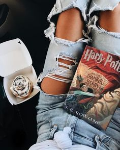 Remus lupin the cinnamon bun Poses, Selfies, Desenhos Harry Potter, Harry Potter Aesthetic, Luanna, Wattpad, Coffee And Books, Book Photography, Couple Photography