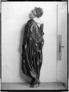 """Modeentwurf der """"Wiener Werkstätte""""  Description: Dame in einem breiten Mantel, mit Turban Creator: Madame d'Ora, Atelier Date: 1921-02-08"""