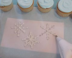 Tutorial: royal icing snowflakes for Frozen party cupcakes Christmas Goodies, Christmas Treats, Christmas Baking, Christmas Cakes, Frozen Birthday Party, Frozen Party, Birthday Cake, Cake Decorating Tips, Cookie Decorating