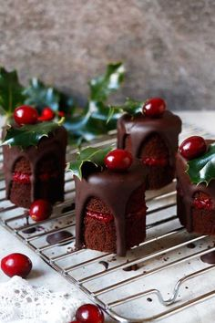 25 Days Of Gluten Free Christmas Desserts That You Will Truly Love Gluten Free Chocolate Cranberry Christmas Mini Cakes Vegan Christmas Desserts, Mini Desserts, Wedding Desserts, Christmas Baking, Christmas Mood, Christmas Wedding, Merry Christmas, French Desserts, Mini Christmas Cakes