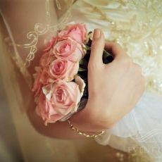 pink-roses-wedding-bouquet-in-prague