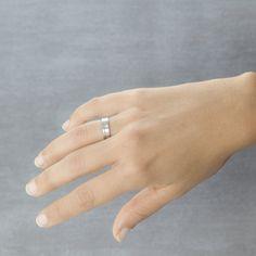 La alianza plana siempre es una opción. ¿Qué os parece esta rematada con un diamante talla brillante y con un acabado mate satinado? Referencia Argyor 555B1316