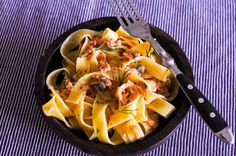 Феттучини со сливочным соусом из копченого лосося, каперсов и укропа