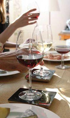 """http://www.utileetfutile.fr/l-atelier-du-vin/960-wine-partner-atelier-du-vin-3166650952261.html, Wine Partner de l'Atelier du Vin, le premier compteur individuel de verres de vin et d'alcool consommés lors de vos dégustations, apéritifs ou vos repas. Wine Partner vous indique votre consommation dans un laps de temps donné, un jour, une semaine, un mois. Avec Wine Partner, L'Atelier du Vin illustre son credo : le """"mieux-boire""""."""