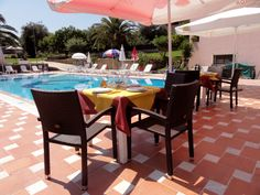 Veranda Restaurant, Greek Dishes, Outdoor Furniture Sets, Outdoor Decor, Refreshing Drinks, Patio, Traditional, Table