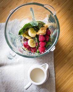 Batido de frutos rojos cremoso: 1 plátano. ½ taza de arándanos congelados. ½ taza de frambuesas congeladas. 1 cucharada de Acai o Maqui Berry. 1 puñado de espinacas. 2 tazas de leche vegetal. 1 cucharada de semillas de cáñamo. 1 cucharadita de mantequilla de almendra. Opcional para poner encima: bayas de goji.