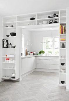 """laves på væggen ud mod køkkenet(hele væggen laves til """"hylde""""væg"""