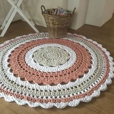🎅🏻🤶🏻: arte em crochê - Salvabrani - image for youLearn how to create the Crochet Bead Stitch. The bead stitch is similar to a puff stitch but it is worked around a double crochet next to it instead. Crochet Doily Rug, Crochet Carpet, Crochet Rug Patterns, Crochet Designs, Knit Crochet, Crochet Home Decor, Crochet Crafts, Crochet Projects, Laine Drops