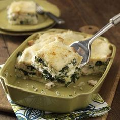 This creamy pasta dish gives an old favorite a new twist! Three cheeses and chicken blended with the fresh taste of spinach make it a real crowd-pleaser. Try it served with a green salad and a light dessert. Cheese Lasagna, Chicken Lasagna, Spinach Lasagna, Great Recipes, Dinner Recipes, Favorite Recipes, Yummy Recipes, Dinner Ideas, Lasagna Recipe Taste