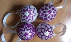Fialovo-biele gule na stromček, Quilted Ornaments, Christmas Balls, Mugs, Tableware, Scrappy Quilts, Balls, Xmas, Crafting, Christmas Baubles