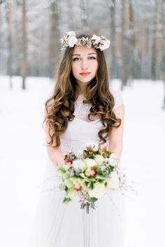 Beautiful young bride in the winter snowy forest. Download it at freepik.com! #Freepik #photo #flower #wedding #winter #snow