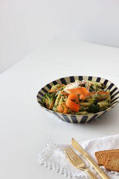 Macarrão integral com pesto de rúcula e legumes a vapor | SWEET BIGAS