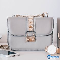 A perfect style statement to carry your belongings. #handbag #handbags #wholesale #Stylish #Trending #Giveaways #brand #giftideas #branding #TrendingNow #bags #women #womensbag Wholesale Bags, Wholesale Handbags, Large Shoulder Bags, Shoulder Purse, Promotional Bags, Cute Tote Bags, Purse Styles, Cute Purses, Or Rose