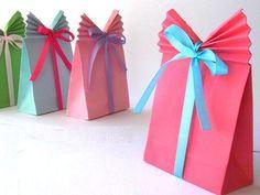 Aprende a hacer estas originales bolsas de papel para pequeños regalos. Son muy fáciles!Con una hoja de papel de colores o decorado, o quizá quieras reciclar las páginas de una revista, todo vale, puedes crear estas fantásticas bo