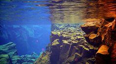 La grieta de Silfra, es el único lugar en donde la división de las placas tectónicas de Eurasia y América es visible por encima de la superficie de los océanos. La grieta se encuentra dentro del Parque Nacional Thingvellir,
