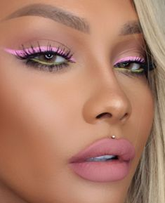 Many ways to create natural, edgy, or even festival makeup looks with colored ey. - Many ways to create natural, edgy, or even festival makeup looks with colored eyeliner. Look ideas - Pink Eye Makeup, Edgy Makeup, Makeup Eye Looks, Simple Eye Makeup, Natural Makeup, Green Makeup, Natural Lips, Flawless Makeup, Lila Eyeliner