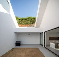 In order to make House in the Sawmill more attractive and functional, Caetano and Fiúza introduced three patios that create a strong connection between the interior and exterior spaces.