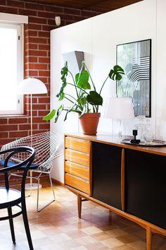 Ruokailutilan päädyssä on vanha Askon senkki, Harry Bertoian Diamond-tuoli sekä Yki Nummen Kupoli-lattiavalaisin. Ruutuparketti ei ole alkuperäinen vaan 90-luvulta, mutta sopii hyvin kalustukseen. Marimekko, Credenza, Home Accessories, House Design, Cabinet, Storage, Furniture, Home Decor, Clothes Stand