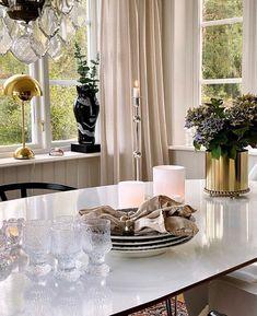 Bordslampan flowerpot är så himla trevlig! Speciellt här hemma hos @inspirationbyzue 😍 Så snyggt med en lampa helt i guld, eller hur? Vilket fräckt och elegant intryck😙 Flower Pots, Table Settings, Rum, Table Decorations, Elegant, Furniture, Home Decor, Flower Vases, Classy