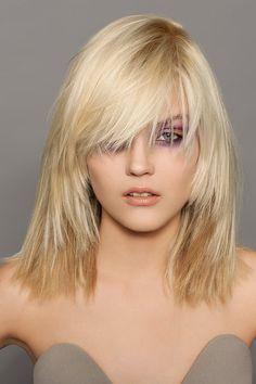 Dünnes Haar bekommt sofort viel mehr Volumen, wenn es gut durchgestuft wird. Auch das Styling ist bei dieser Frisur super easy: Kopfüber mit dem Föhn