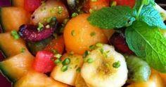 Ingrédients 1/2 kg de poisson blanc sans arêtes350g de pommes de terre1 jaune d'oeuf1 oeuf battu et chapelure pour paner1 cuillère à soupe de persil haché1 bouillon cube de poulet le jus de1 citronPréparation Cuire les pommes de terre avec le bouillon cube de poulet, les peler et les écraser.Laver ... Fruit Salad, Food, Chopped Salads, Fennel, Parsley, Juice, Whitefish, House Salad, Fruit Salads