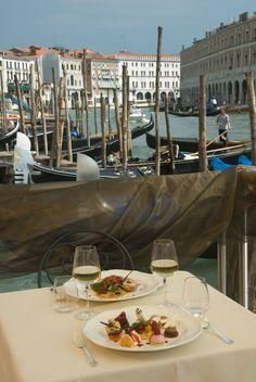 Ca'Sagredo Hotel | Boutique Hotel | Venice | Italy | http://lifestylehotels.net/en/ca-sagredo-hotel | Outside view, gondolier, Grand Canal, romantic dinner, luxury, palazzo